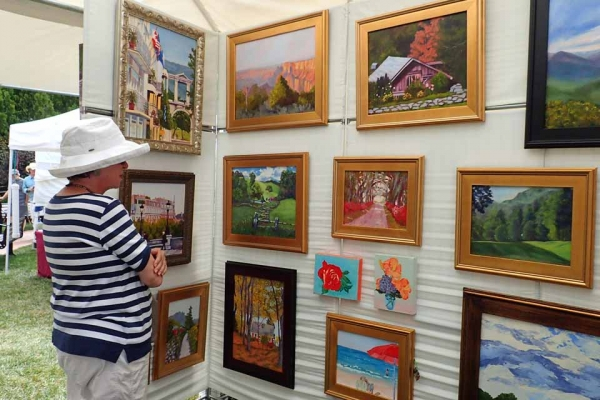 shopper browsing Sue Gouse paintings